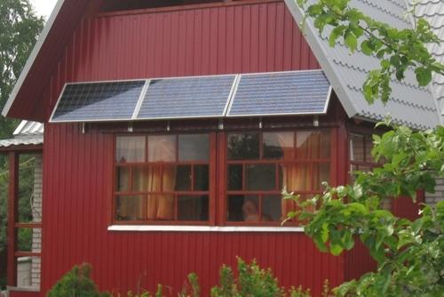 Солнечная фотоэлектрическая система мощностью 300 ватт на фасаде дома